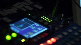 Mezclador, control del audio de alta calidad y volumen del equalizador en el mezclador almacen de metraje de vídeo