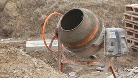 Mezclador de cemento de trabajo almacen de metraje de vídeo