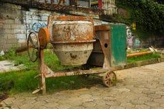 Mezclador de cemento sucio abandonado delante de una casa Jakarta admitida foto Indonesia Fotos de archivo libres de regalías