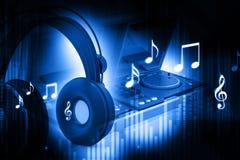 Mezclador de DJ con los auriculares stock de ilustración