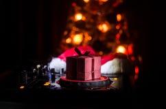 Mezclador de DJ con los auriculares en fondo oscuro del club nocturno con Noche Vieja el árbol de navidad Ciérrese encima de vist Imagen de archivo