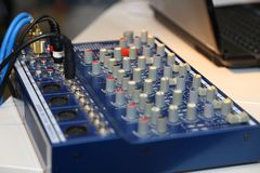 Mezclador de DJ en el partido fotos de archivo