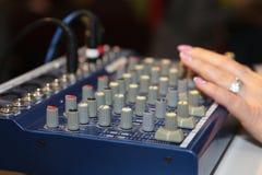 Mezclador de DJ en el partido imagen de archivo