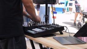 Mezclador de DJ, equipo de DJ en el club de noche HD metrajes