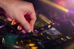 Mezclador de la consola de la placa giratoria de DJ que controla con dos imagenes de archivo