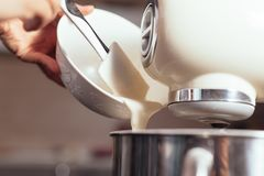Mezclador de pasta para la torta Imagen de archivo libre de regalías