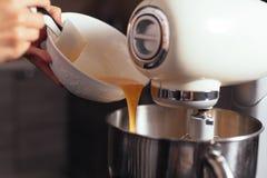 Mezclador de pasta para la torta Fotos de archivo libres de regalías