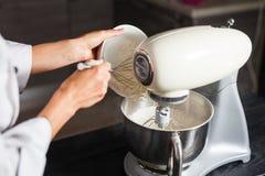 Mezclador de pasta para la torta Fotografía de archivo
