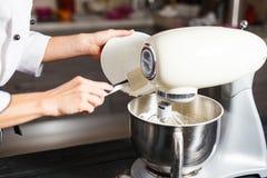 Mezclador de pasta para la torta Fotos de archivo