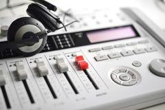 Mezclador de sonidos con los auriculares sanos de alta fidelidad del guardia Fotografía de archivo