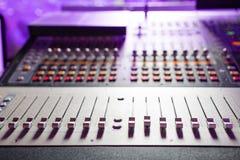 Mezclador de sonidos Consola de mezcla audio profesional con las luces, los botones, los atenuadores y los resbaladores imagenes de archivo