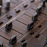 Mezclador de sonidos de DJ con los botones y los resbaladores Imagen de archivo libre de regalías