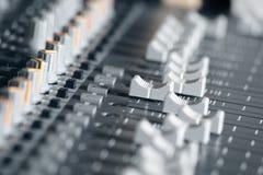 Mezclador de sonidos en un estudio de grabación Fotografía de archivo libre de regalías