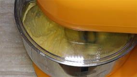 Mezclador de trabajo en la cocina - máquina del mezclador - mezclador del soporte de la cocina almacen de metraje de vídeo