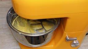 Mezclador de trabajo en la cocina - máquina del mezclador - mezclador del soporte de la cocina metrajes