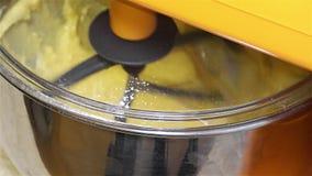 Mezclador de trabajo en la cocina - máquina del mezclador - mezclador del soporte de la cocina almacen de video