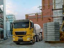 Mezclador del camión y de cemento Fotos de archivo libres de regalías