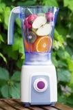 Mezclador eléctrico con las frutas en él Fotografía de archivo libre de regalías