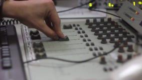 Mezclador en el estudio de radio almacen de video