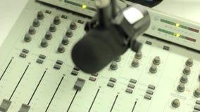 Mezclador en el estudio de radio almacen de metraje de vídeo