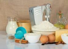 Mezclador, molde para pasteles, especias, huevos y productos lácteos Fotos de archivo libres de regalías