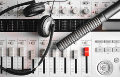 Mezclador portátil de sonidos con el micrófono de condensador y los auriculares de alta fidelidad Foto de archivo libre de regalías