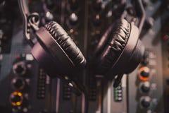 Mezclador y auriculares profesionales de los sonidos de DJ con música fotos de archivo libres de regalías