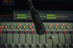 Mezclador y micrófono de los sonidos Fotografía de archivo libre de regalías