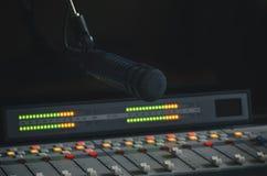 Mezclador y micrófono de los sonidos Foto de archivo