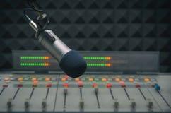 Mezclador y micrófono de los sonidos Fotos de archivo