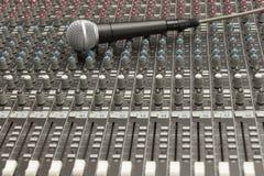 Mezclador y micrófono del estudio Imagen de archivo libre de regalías