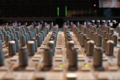 Mezcladora de audio en el estudio de grabación Foto de archivo libre de regalías