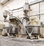 Mezcladores de pasta industriales de pan en panadería foto de archivo