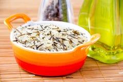 Mezcle el arroz en el cuenco anaranjado Imagen de archivo