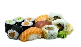 Mezcle el hoso-maki de color salmón del maki del sushi del nigiri del atún y de la gamba aislado en el fondo blanco imagenes de archivo