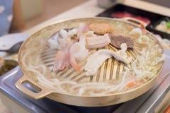 Mezcle la carne en el latón de la cacerola de la parrilla En la alameda Fotografía de archivo