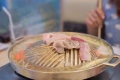 Mezcle la carne en el latón de la cacerola de la parrilla En la alameda Fotos de archivo