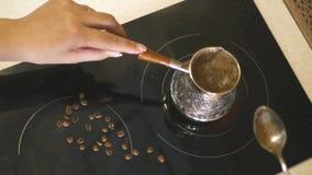 Mezcle la espuma en el café en una cuchara del turco, 4k, 3840x2160 HD almacen de metraje de vídeo