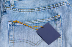 Mezclilla azul con la etiqueta o el precio Foto de archivo libre de regalías