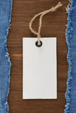 Mezclilla azul en el fondo de madera Imagen de archivo