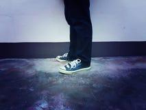 Mezclilla de la moda del pie de las piernas de los zapatos de las zapatillas de deporte Fotografía de archivo libre de regalías
