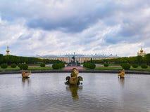 Mezheumny-Brunnen mit goldenen Fischen in den oberen Gärten Peterhof, Russland Lizenzfreies Stockbild