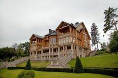 MEZHYHIRYA,乌克兰- 2016年8月13日:木Honka俱乐部房子我 库存照片