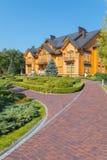 Mezhyhirya,导致有黑瓦片的一个大木房子的路 免版税库存图片