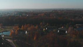 Mezhyhiryawoonplaats, de Oekraïne, luchtvlieg hierboven bij de herfst stock footage
