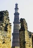 Mezquita arruinada del UL-Islam de Quwwat con la torre de Qutb Minar en fondo en el complejo de Qutub Minar fotografía de archivo