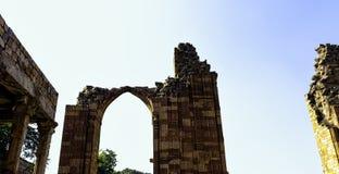 Mezquita arruinada del UL-Islam de Quwwat conocida como fuerza del Islam en el complejo de Qutub Minar en Nueva Deli foto de archivo