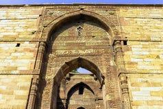Mezquita arruinada del UL-Islam de Quwwat conocida como fuerza del Islam en el complejo de Qutub Minar en Nueva Deli imágenes de archivo libres de regalías