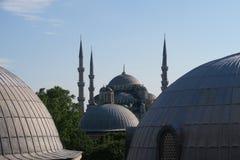 Mezquita azul - sultán-Ahmet-Camii según lo visto de la fuente en el parque, en Estambul, Turquía Imagen de archivo libre de regalías