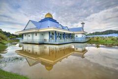 Mezquita azul y la reflexión en el lago durante día nublado imagenes de archivo